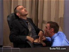 Gays ficken hemmungslos im Büro
