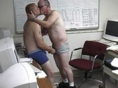 Schwule Kerle sind allein im Büro